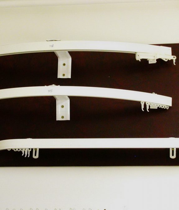 Bástyaívre hajlítható alumínium karnisok
