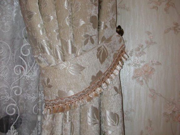 Függöny anyagból varrott elkötő paszomány díszítéssel