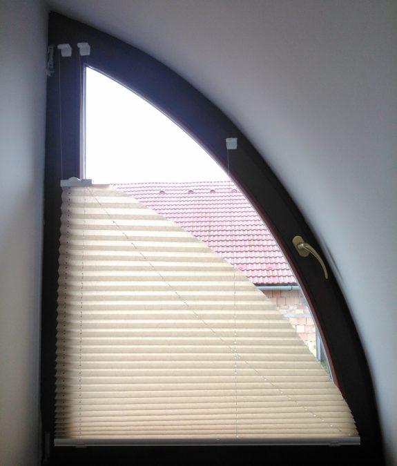 VS–7 feszített íves pliszé függöny