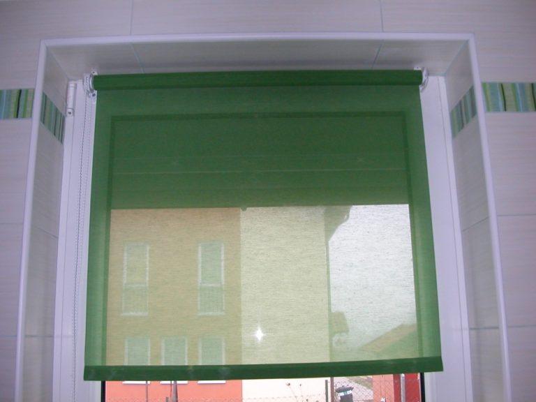 Fehér műanyag konzolos ablakszárnyra szerelt roletta