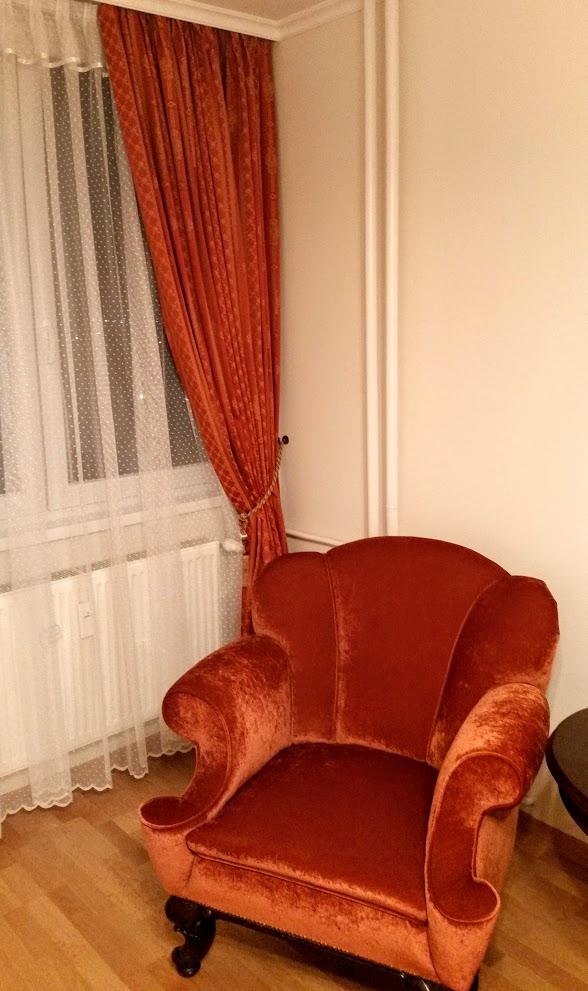 Nappali sötétítő függöny és fotel