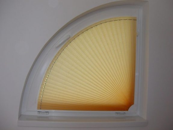 Negyed köríves feszített pliszé függöny