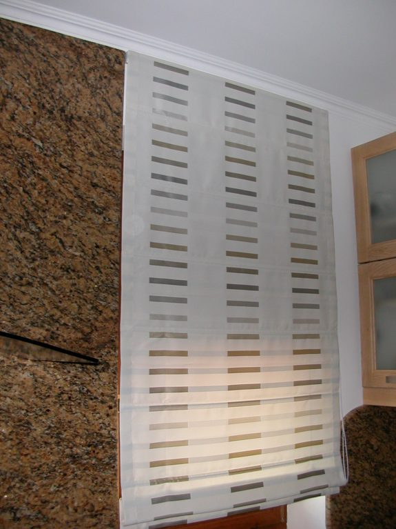 római roló modern csíkos szatén sötétítő függönyből